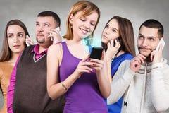gente que usa el teléfono elegante Fotografía de archivo