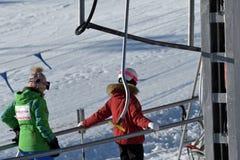 Gente que usa el teleférico del esquí en las montañas Imagen de archivo