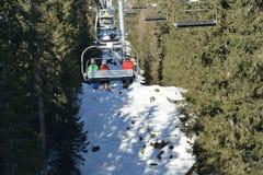 Gente que usa el teleférico del esquí en las montañas Fotografía de archivo libre de regalías