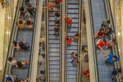Gente que usa la escalera móvil Visión superior, Malasia fotos de archivo