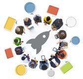 Gente que usa los dispositivos de Digitaces con Rocket Symbol Fotografía de archivo libre de regalías