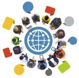 Gente que usa los dispositivos de Digitaces con símbolo del globo Fotos de archivo