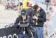 Gente que usa los dispositivos electrónicos modernos para transmitir datos - viaje a d Imagen de archivo libre de regalías