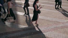 Gente que usa los teléfonos móviles mientras que conmuta a la oficina
