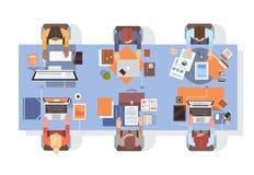 Gente que usa trabajo en equipo de escritorio de la opinión de ángulo del lugar de trabajo de los empresarios de los ordenadores libre illustration