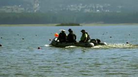 Gente que usa un barco en un lago