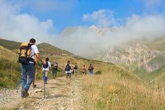 Gente que va de excursión en la montaña Korab Imagenes de archivo