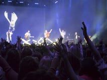 Gente que va de fiesta en un concierto y que disfruta de música en directo Fotos de archivo
