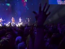 Gente que va de fiesta en un concierto y que disfruta de música en directo Fotos de archivo libres de regalías