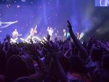 Gente que va de fiesta en un concierto y que disfruta de música en directo Imagen de archivo libre de regalías