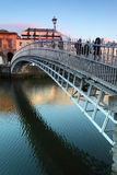 Gente que va en el puente del medio penique Foto de archivo