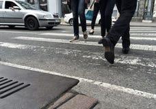 Gente que va en un paso de peatones Fotos de archivo