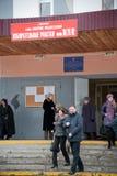 Gente que va a la elección del presidente ruso foto de archivo