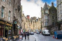 Gente que vaga alrededor de la ciudad vieja de Edimburgo en un día de invierno imagen de archivo
