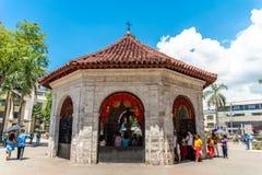Gente que ve la cruz de Magellans, Cebú, Filipinas Foto de archivo