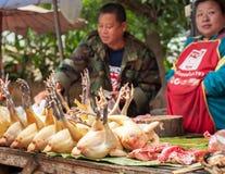 Gente que vende la comida asiática tradicional del estilo en la calle Luang Prabang, Laos Imágenes de archivo libres de regalías