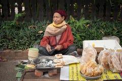 Gente que vende la comida en el mercado asiático tradicional laos Imagen de archivo libre de regalías