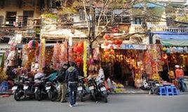 Gente que vende las decoraciones para el día de fiesta lunar del Año Nuevo en Hanoi, Vietnam Fotografía de archivo