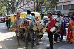 Gente que vende los tambores Foto de archivo libre de regalías