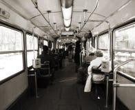 Gente que viaja dentro de una tranvía Fotos de archivo libres de regalías