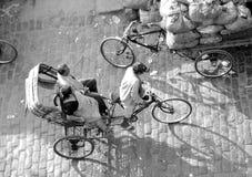 Gente que viaja en carrito Foto de archivo