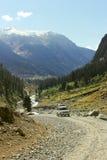 Gente que viaja en jeep en un valle hermoso Foto de archivo libre de regalías