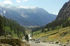 Gente que viaja en jeep en un valle hermoso del golpe violento Imagenes de archivo