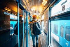 Gente que viaja en tren Est?n conduciendo en un carro y un cup? Trabajo, respeto, compro los refrigerios, escucho la m?sica El es foto de archivo libre de regalías