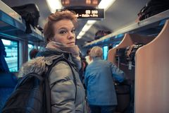 Gente que viaja en tren Est?n conduciendo en un carro y un cup? Trabajo, respeto, compro los refrigerios, escucho la m?sica El es fotos de archivo