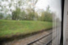 Gente que viaja en tren Est?n conduciendo en un carro y un cup? Trabajo, respeto, compro los refrigerios, escucho la m?sica El es foto de archivo