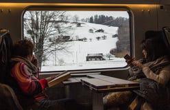 Gente que viaja en un tren Imagen de archivo libre de regalías
