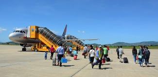 Gente que viene al aeroplano en el aeropuerto de Lien Khuong en Dalat, Vietnam Fotos de archivo libres de regalías