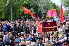 Gente que viene poner las flores al marinero desconocido Memorial, Odessa, Ucrania Foto de archivo libre de regalías