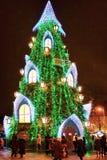Gente que visita el árbol de navidad en el cuadrado de la catedral de Vilna Fotos de archivo libres de regalías
