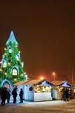 Gente que visita el árbol de navidad y el mercado de la Navidad de Vilna Foto de archivo