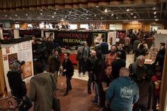 Gente que visita el convenio del tatuaje de Milano en Milán, Italia fotografía de archivo libre de regalías
