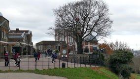 Gente que visita el observatorio de Greenwich real, horizonte casa del ` s de Canary Wharf y de la reina almacen de metraje de vídeo