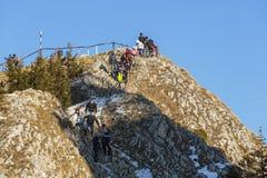 Gente que visita el pico de Postavaru Imagen de archivo libre de regalías