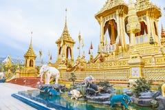 Gente que visita en el crematorio real para la cremación real de su rey Bhumibol Adulyadej Bangkok de la majestad fotografía de archivo libre de regalías