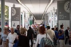 Gente que visita HOMI, demostración internacional del hogar en Milán, Italia Imagenes de archivo