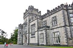 Gente que visita la abadía de Kylemore, Connemara, al oeste de Irlanda Imagen de archivo