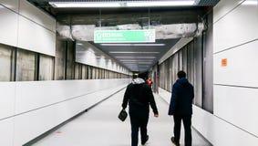 Gente que visita la estación de metro de Favorit de la 5ta línea de Bucarest Foto de archivo libre de regalías