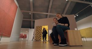 Gente que visita la exposición de Yayoi Kusama en Helsinki Art Museum almacen de video