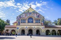 Gente que visita la iglesia conmemorativa en Stanford y el patio principal Foto de archivo libre de regalías