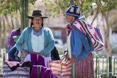 Gente quechua indigena indigena non identificata in abbigliamento tradizionale al mercato locale di Tarabuco domenica, Bolivia Immagini Stock Libere da Diritti