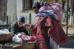 Gente quechua indigena indigena non identificata in abbigliamento tradizionale al mercato locale di Tarabuco domenica, Bolivia Fotografia Stock Libera da Diritti