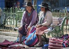 Gente quechua indigena indigena non identificata in abbigliamento tradizionale al mercato locale di Tarabuco domenica, Bolivia Fotografie Stock Libere da Diritti
