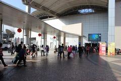 Gente recorriendo hacia la aduana entre Macao Foto de archivo libre de regalías