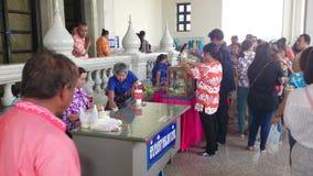 Gente religiosa in tempio del sotorn del wat, Tailandia video d archivio