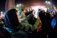 Gente rumana que demuestra contra la corrupción política fotos de archivo